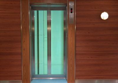 Metallverkleidung am Aufzug