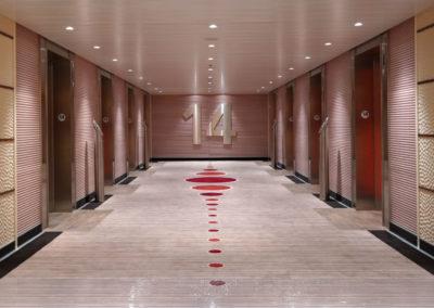 Aufzugbereich mit Blech-Wandverkleidung
